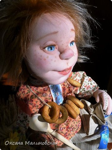 Не стала придумывать на этот раз имя кукле.Что точно-это домовой. Может Кузя ,а может Тимоша или ещё как ,как захочет будущая хозяйка.Губки бантиком,бровки домиком и сам похож на маленького гномика,рыжий и лохматый. фото 4