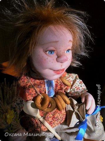 Не стала придумывать на этот раз имя кукле.Что точно-это домовой. Может Кузя ,а может Тимоша или ещё как ,как захочет будущая хозяйка.Губки бантиком,бровки домиком и сам похож на маленького гномика,рыжий и лохматый. фото 3