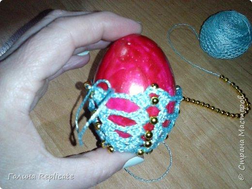 Редко сама что то придумываю, а эту модель обвязки придумала, когда ещё не было интернета, мастер-классов доступной информации. и так она мне полюбилась - простая и эффектная, что для яиц использую только её. Скорлупку укрепляла изнутри клеем ПВА, снаружи красила чем придётся - лаком для ногтей, краской из баллончика)) фото 6