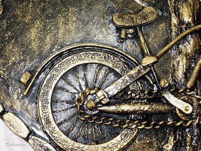 Всем доброго времени суток! Вот такой маленький велосипед на большом виниловом диске получился. диски покупаю в антикваре по 10 руб за штуку. Очень торопилась, не успела сфотографировать не покрашенным. Постараюсь рассказать. Ствол и веточки сделаны из бумажных салфеток, листочки и монетки от ёлочных гирлянд. Рамка, или как её назвать, это разобранная деревянная салфетка под горячее, разноцветная такая из фикс- прайса. фото 3