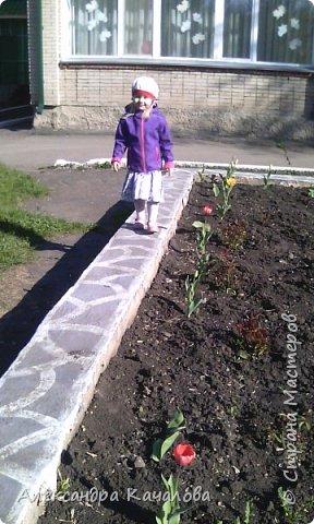 Тюльпаны на клумбе детского сада. Не смогла пройти мимо, да и дочки не дали. Фото сделаны на телефон, качество подводит.Простите. Фото сделаные вчера, 4 мая. фото 7