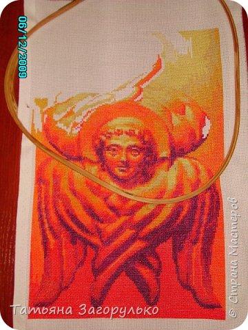 """В этой """"главе"""" буду публиковать все имеющиеся отшитые изображения Ангелов разного ранга ) Первым в этой череде появился Шестикрылый Серафим, вышитый по схеме Андрея Рымарчука. В христианской мифологии Серафимами назывались ангелы, особо приближенные к Богу и его прославляющие. Само слово произошло от древнееврейского «серафим» пламенеющий, сжигающий. Серафим - это высший ангельский чин и почему-то именно с него началась моя """"ангельская история"""": фото 2"""