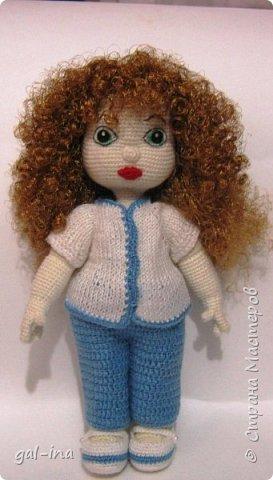 Кукла связана крючком. Глазки и губки тоже связаны. Волосы сделаны из атласной ленты.   Вот такая Иринка и получилась.   фото 2