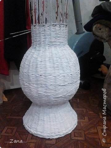 Поросили сплести такую же вазу,как  предыдущую.пришлось повторяться.правда у этой размеры чуть меньше.и в работе еще одна...не нравится плести одно и то же,но заказывают именно такие. фото 5