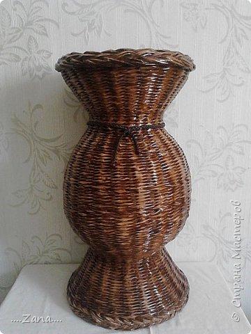 Поросили сплести такую же вазу,как  предыдущую.пришлось повторяться.правда у этой размеры чуть меньше.и в работе еще одна...не нравится плести одно и то же,но заказывают именно такие. фото 1