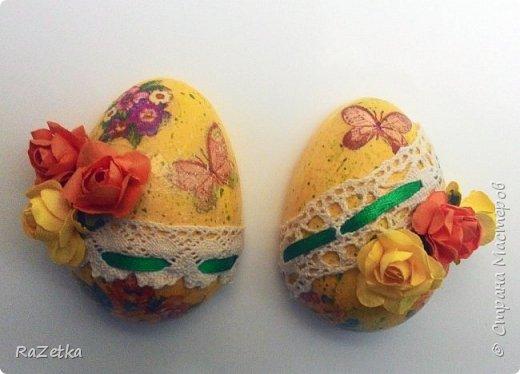 Здравствуйте, дорогие мастера и мастерицы! 1 мая был светлый праздник Пасхи, я немножко припозднилась со своими работами, но все равно покажу, их немного.  Это пластмассовые тарелки под кулич и яйца. давно хотела сделать именно их. фото 17