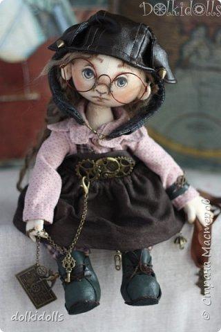 Доброго дня, друзья! Каюсь, каюсь, совсем я забросил страничку - кукол новых не показываю, в гости не захожу. Нужно исправляться. А поэтому покажу вам одну из последних кукол.  Я немного усложнила процесс - обтянула куклу трикотажем, тем самым спрятав бусины-шарниры. Появилось ещё большее ощущение живости и естественности. Мне нравится)) фото 1