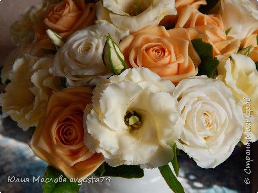 Букет с розами, эустомой и веточками эвкалипта из холодного фарфора. фото 2