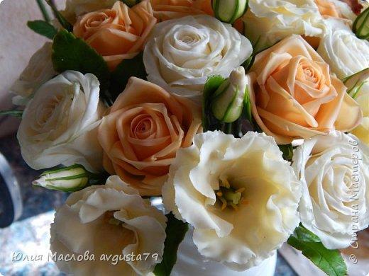 Букет с розами, эустомой и веточками эвкалипта из холодного фарфора. фото 3