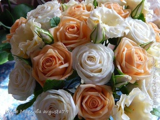 Букет с розами, эустомой и веточками эвкалипта из холодного фарфора. фото 4