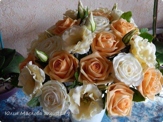Букет с розами, эустомой и веточками эвкалипта из холодного фарфора. фото 5