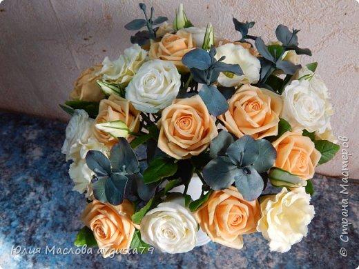 Букет с розами, эустомой и веточками эвкалипта из холодного фарфора. фото 7