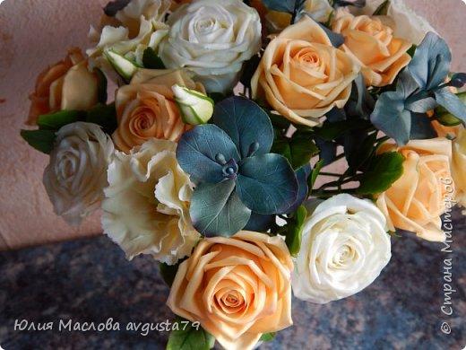 Букет с розами, эустомой и веточками эвкалипта из холодного фарфора. фото 8