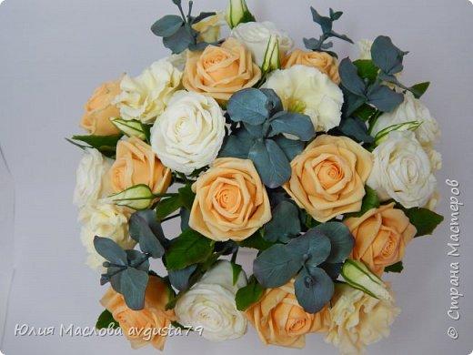Букет с розами, эустомой и веточками эвкалипта из холодного фарфора. фото 1