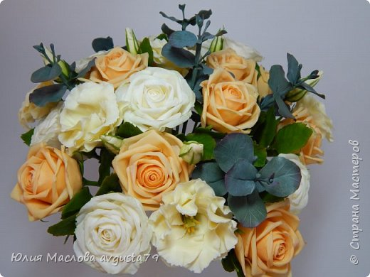 Букет с розами, эустомой и веточками эвкалипта из холодного фарфора. фото 9