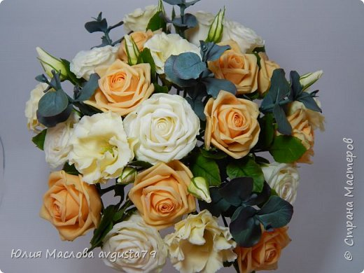 Букет с розами, эустомой и веточками эвкалипта из холодного фарфора. фото 10
