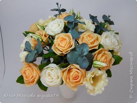 Букет с розами, эустомой и веточками эвкалипта из холодного фарфора. фото 11