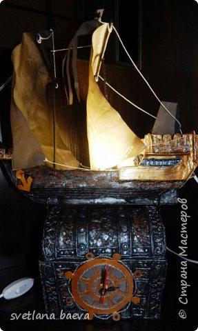 Многофункциональный предмет интерьера в морском стиле (светильник, часы, шкатулка) «Чёрная жемчужина», в технике пейп-арт. фото 17