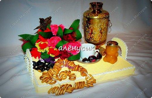 """Чайная композиция """"Посиделки у самовара""""в композицию входит:Самовар чай черный крупно-листовой с добав. лепестков гибискуса,листьев и ягод клубники,земляники и черники,вязка сушек,чашка с блюдцем,баночка меда и тюльпаны с конфетами внутри """"Марсианка"""" фото 1"""