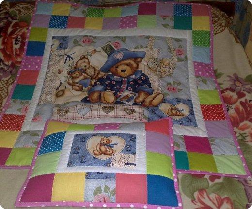 Заказали мне сшить для маленькой девочки одеялко с подушкой. Получился вот такой комплект. Всё очень просто. фото 1