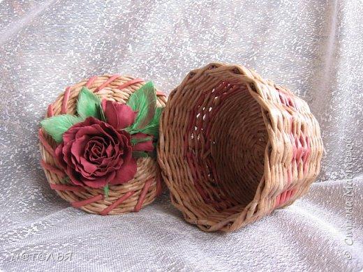 Привет всем жителям СМ. Продолжаю попытки украшать свои работы цветочками из фома. Хотя эта шкатулка далеко не совершенна, но мне она симпатична. фото 2