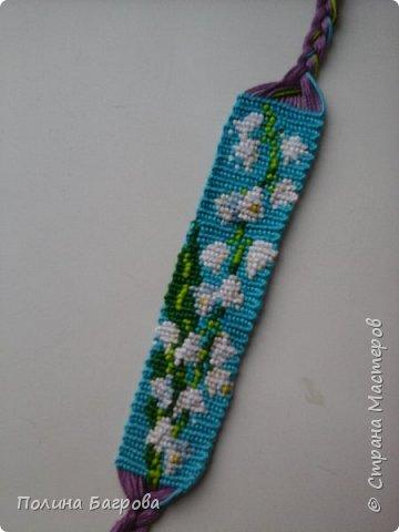 В этой записи я покажу фенечки с цветами и кофе. Так как сейчас весна, расцветают цветы, то я решила сплести несколько фенечек с цветами. №26  Плела в подарок, решила сделать петельку, на мой взгляд косички всё-таки были бы лучше. фото 3