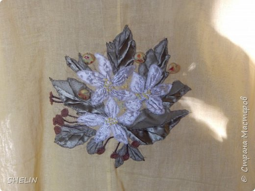 Объёмная аппликация и вышивка из атласных лент на батистовой красной блузке фото 3