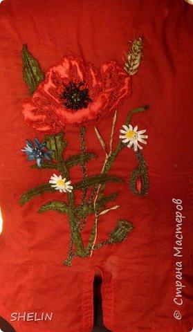 Объёмная аппликация и вышивка из атласных лент на батистовой красной блузке фото 1