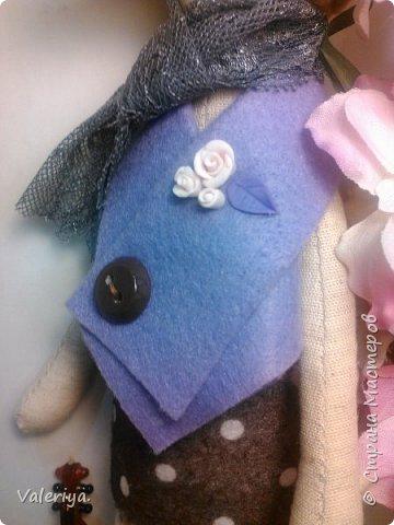 Знакомьтесь - весенняя мишка Дженни.) За основу взят стиль Тильда, но мордашки предпочитаю делать более живыми, особенное внимание уделяя глазам. Материал - полулён, цветочки сделаны вручную из холодного фарфора. фото 5