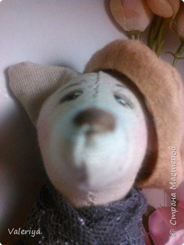 Знакомьтесь - весенняя мишка Дженни.) За основу взят стиль Тильда, но мордашки предпочитаю делать более живыми, особенное внимание уделяя глазам. Материал - полулён, цветочки сделаны вручную из холодного фарфора. фото 6