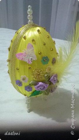 Где-то в интернете увидела украшенное лентами пенопластовое яйцо. Решила сама попробовать. Вот, что получилось. Это ещё не конечный результат. Вид спереди. фото 1