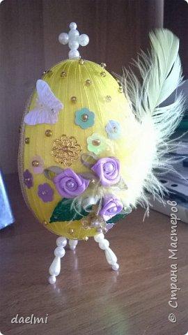 Где-то в интернете увидела украшенное лентами пенопластовое яйцо. Решила сама попробовать. Вот, что получилось. Это ещё не конечный результат. Вид спереди. фото 3