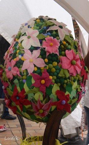 """Проходила у нас в Киеве выставка пасхальных яиц - """"374 художника"""" В основном это роспись красками, но были и другие техники использованы Это так они  располагались на площади Дальше немного детальных фотографий фото 10"""