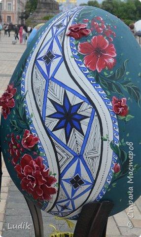 """Проходила у нас в Киеве выставка пасхальных яиц - """"374 художника"""" В основном это роспись красками, но были и другие техники использованы Это так они  располагались на площади Дальше немного детальных фотографий фото 11"""