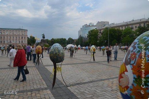 """Проходила у нас в Киеве выставка пасхальных яиц - """"374 художника"""" В основном это роспись красками, но были и другие техники использованы Это так они  располагались на площади Дальше немного детальных фотографий фото 1"""