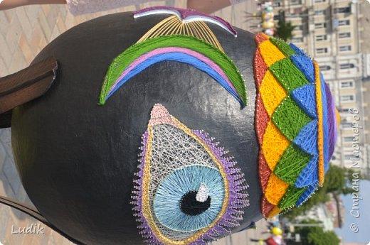 """Проходила у нас в Киеве выставка пасхальных яиц - """"374 художника"""" В основном это роспись красками, но были и другие техники использованы Это так они  располагались на площади Дальше немного детальных фотографий фото 14"""