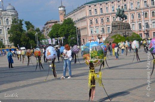 """Проходила у нас в Киеве выставка пасхальных яиц - """"374 художника"""" В основном это роспись красками, но были и другие техники использованы Это так они  располагались на площади Дальше немного детальных фотографий фото 2"""