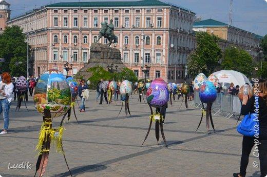 """Проходила у нас в Киеве выставка пасхальных яиц - """"374 художника"""" В основном это роспись красками, но были и другие техники использованы Это так они  располагались на площади Дальше немного детальных фотографий фото 3"""