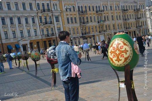 """Проходила у нас в Киеве выставка пасхальных яиц - """"374 художника"""" В основном это роспись красками, но были и другие техники использованы Это так они  располагались на площади Дальше немного детальных фотографий фото 4"""