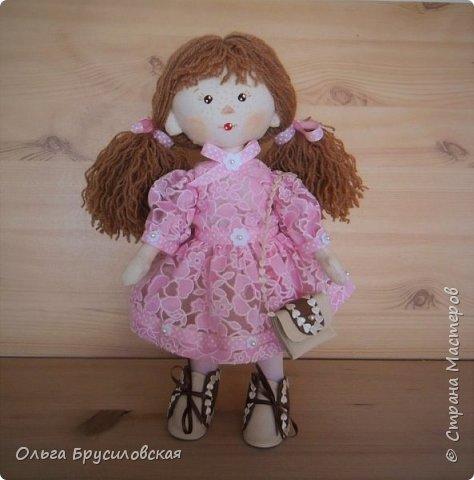 Привет всем в СМ! Продолжаю учиться шить кукол. Вот еще одна новая. Рыженькая (акриловая пряжа) девчушка в розовом кружевном (хлопок) платьице.  Наполнитель - холлофайбер. Стоит сама. Рост -33см.  фото 1