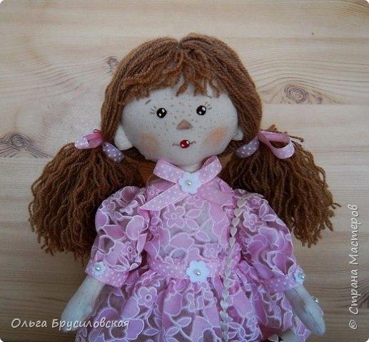 Привет всем в СМ! Продолжаю учиться шить кукол. Вот еще одна новая. Рыженькая (акриловая пряжа) девчушка в розовом кружевном (хлопок) платьице.  Наполнитель - холлофайбер. Стоит сама. Рост -33см.  фото 2