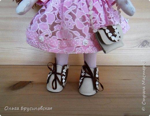 Привет всем в СМ! Продолжаю учиться шить кукол. Вот еще одна новая. Рыженькая (акриловая пряжа) девчушка в розовом кружевном (хлопок) платьице.  Наполнитель - холлофайбер. Стоит сама. Рост -33см.  фото 3