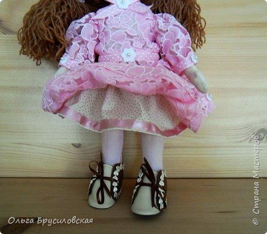 Привет всем в СМ! Продолжаю учиться шить кукол. Вот еще одна новая. Рыженькая (акриловая пряжа) девчушка в розовом кружевном (хлопок) платьице.  Наполнитель - холлофайбер. Стоит сама. Рост -33см.  фото 4