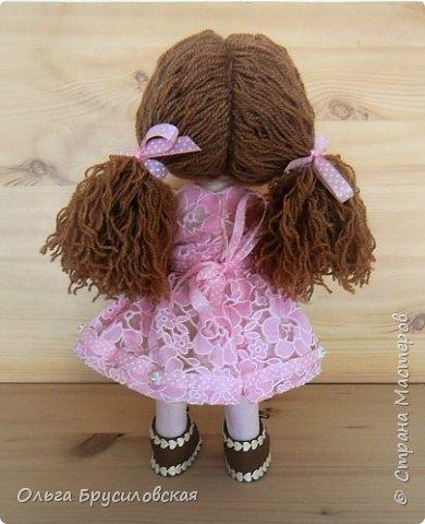 Привет всем в СМ! Продолжаю учиться шить кукол. Вот еще одна новая. Рыженькая (акриловая пряжа) девчушка в розовом кружевном (хлопок) платьице.  Наполнитель - холлофайбер. Стоит сама. Рост -33см.  фото 5