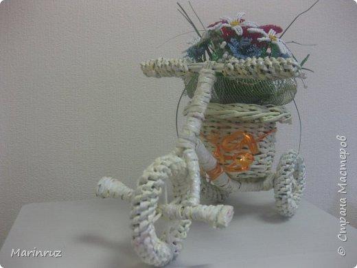 Этот велосипед плела из газетных трубочек. Подарила подруге на юбилей. фото 6