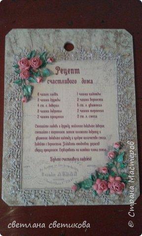 Основа деревянная доска, сверху акриловые краски и декупаж, а также самодельные цветы и листья из бумаги. фото 2
