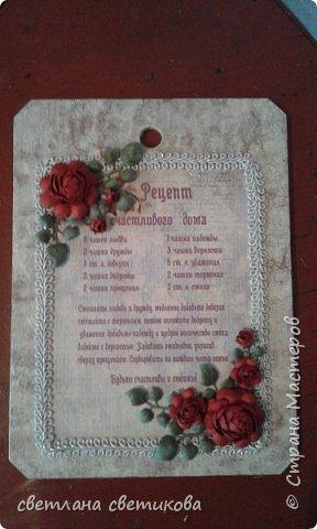 Основа деревянная доска, сверху акриловые краски и декупаж, а также самодельные цветы и листья из бумаги. фото 3