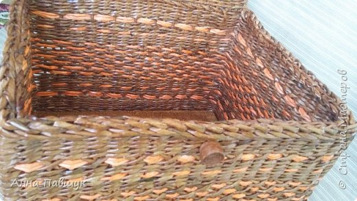 Сегодня хочу представить оранжево-коричневую серию плетеночек )) Сундучок 25*30см высота 20см. Дно - картон. Трубочки красила разбавленной морилкой мокко.  фото 3