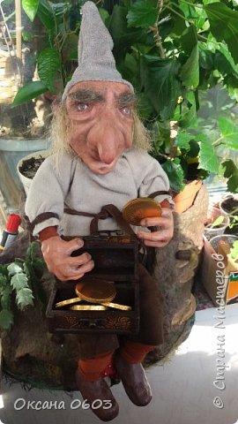 Лепрекон – это маленькое существо из ирландских легенд. Если его поймать и правильно попросить, то он исполнит три желания и ещё отдаст горшочек с золотом. Лепреконы хранят и приумножают древние сокровища. Они пробираются по ночам в людские жилища и отщипывают маленькие кусочки от монет, чтобы наполнить свой горшочек. Лепрекон, которого всё-таки поймали,  обещает богатый выкуп за своё освобождение. Наш Лепрекон  доброжелателен и благоволит ко всем кто его любит.  фото 1