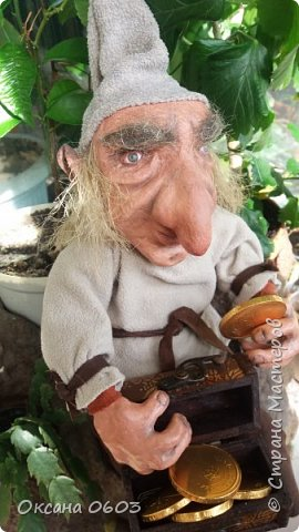 Лепрекон – это маленькое существо из ирландских легенд. Если его поймать и правильно попросить, то он исполнит три желания и ещё отдаст горшочек с золотом. Лепреконы хранят и приумножают древние сокровища. Они пробираются по ночам в людские жилища и отщипывают маленькие кусочки от монет, чтобы наполнить свой горшочек. Лепрекон, которого всё-таки поймали,  обещает богатый выкуп за своё освобождение. Наш Лепрекон  доброжелателен и благоволит ко всем кто его любит.  фото 2
